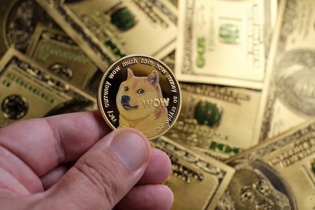 Moeda criptomoeda dogecoin dourada e fundo de notas de 100 dólares