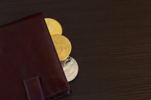 Moeda da moeda cripto na carteira de couro no fundo de madeira de madeira largo
