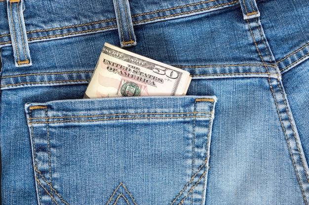 Moeda de 50 dólares americanos, dinheiro no bolso da calça jeans.