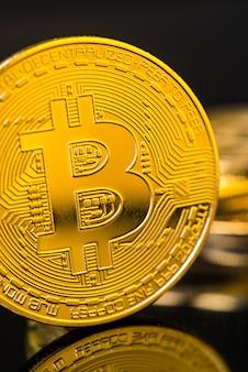Moeda de bitcoin de metal dourada. conceito de criptomoeda bitcoin