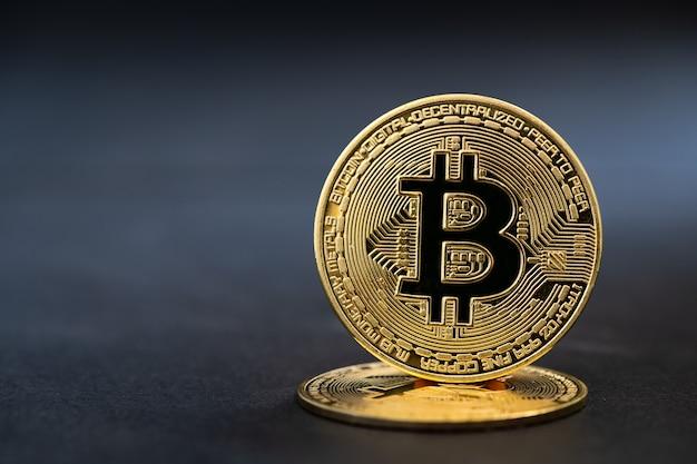 Moeda de bitcoin dourada criptomoeda em fundo de pedra preta, dinheiro virtual eletrônico para banco na web e pagamento em rede internacional