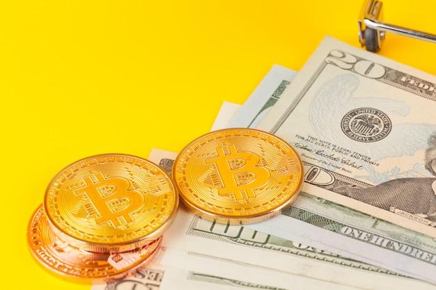 Moeda de bitcoin dourada e dólares americanos