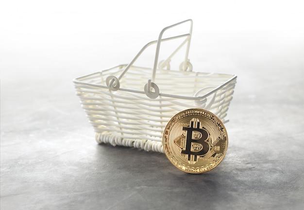 Moeda de bitcoin dourado com criptografia de cesto de compras fundo de compras on-line da moeda.
