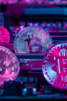 Moeda de bitcoin dourado e chip de computador