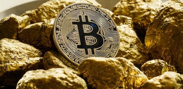 Moeda de bitcoin dourado e monte de conceito de negócio de cryptocurrency de bitcoin ouro