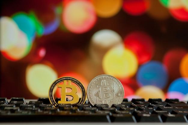 Moeda de bitcoin no teclado do computador no fundo bokee. conceito de criptomoeda virtual.