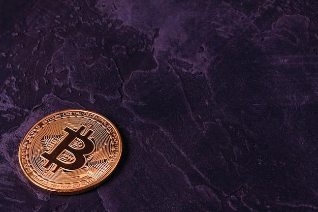 Moeda de criptografia bitcoin bonita no escuro do concreto