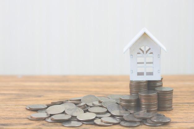 Moeda de dinheiro crescendo crescimento com casa modelo. investimento imobiliário e financiamento imobiliário hipotecário