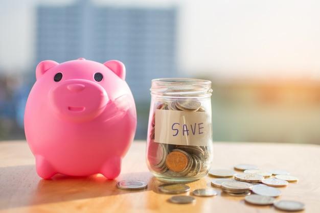 Moeda de dinheiro na mesa de madeira e texto salvar com fundo desfocado.