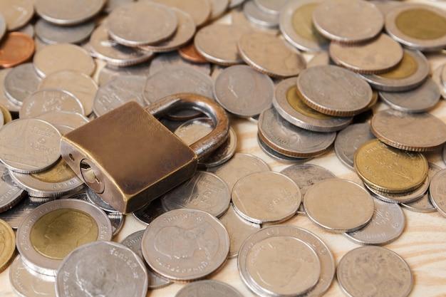 Moeda de dinheiro (thai baht) e cadeado. poupança e segurança financeira concept.finance, conceito de economia.