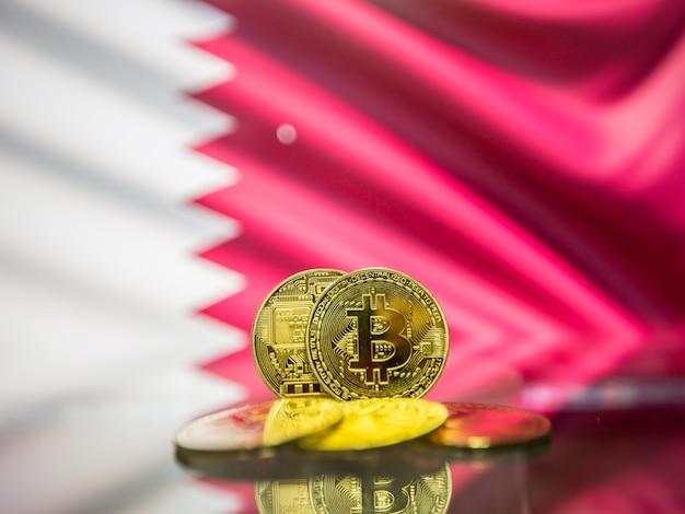 Moeda de ouro bitcoin e bandeira desfocada do fundo do bahrein. conceito de criptomoeda virtual.