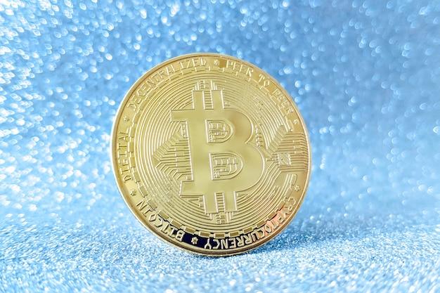 Moeda de ouro bitcoin e fundo de glitter desfocado