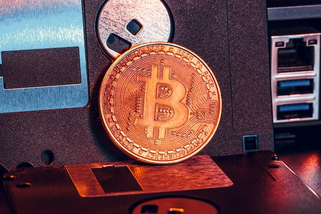 Moeda de ouro bitcoin em disquete