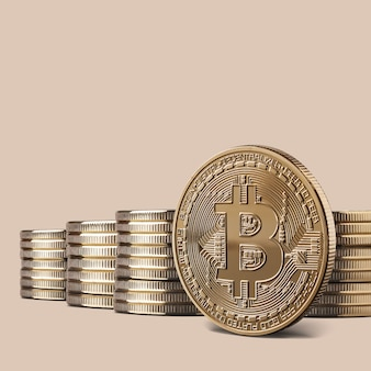 Moeda de ouro bitcoin física criptomoeda e pilhas de bitcoins