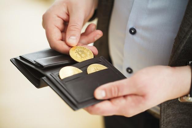 Moeda de ouro bitcoin na carteira. conceito de criptomoeda