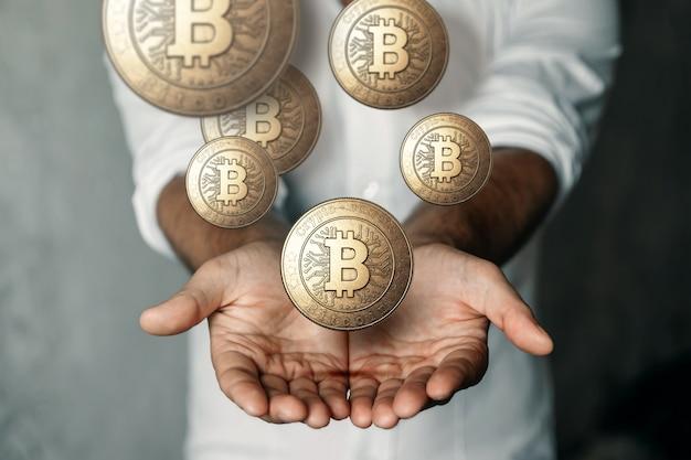 Moeda de ouro bitcoin na mão