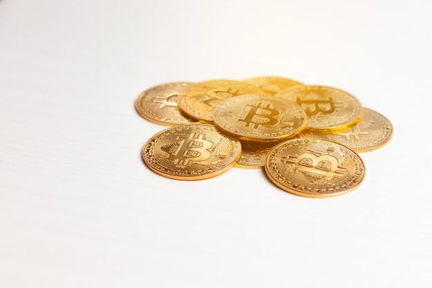 Moeda de ouro bitcoin na tabela. fundo de moeda virtual