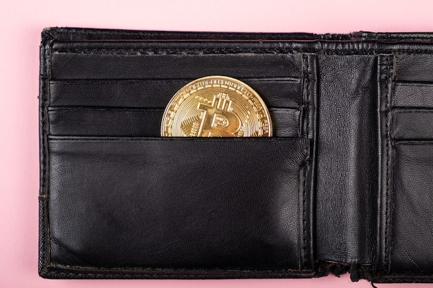 Moeda de ouro bitcoin no conceito de carteira, acúmulo de poupança ...