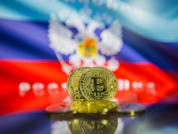 Moeda de ouro de bitcoin e bandeira desfocada de fundo. conceito de criptomoeda virtual.