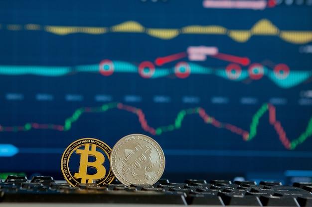 Moeda de ouro de bitcoin e plano de fundo desfocado do gráfico. conceito de criptomoeda virtual. bitcoins no conceito de criptomoeda do gráfico de escada. moeda bitcoin com conceito blockchain.