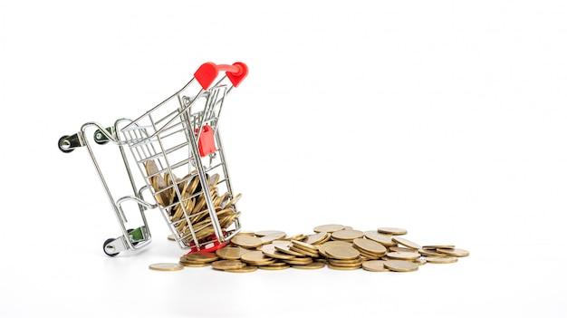 Moeda de ouro em um carrinho de compras em branco