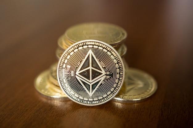 Moeda de ouro etherium close-up. ether é uma criptomoeda cujo blockchain é gerado pela plataforma ethereum.