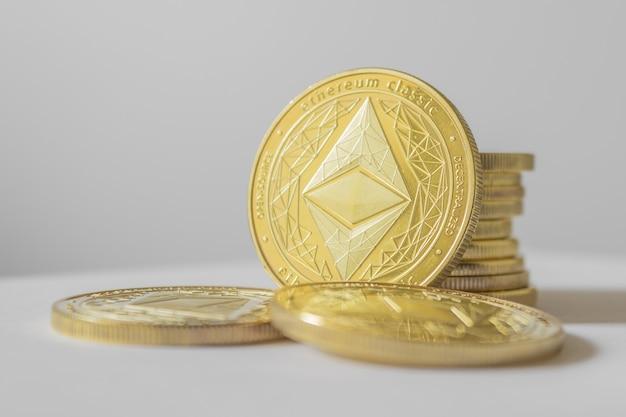 Moeda de ouro etherium close-up sobre fundo branco.