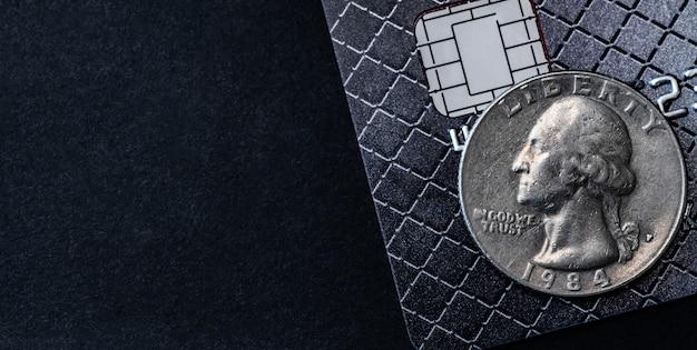 Moeda de um dólar no cartão de crédito vista de perto