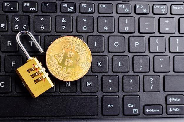Moeda digital, bitcoin com cadeado desbloqueado no teclado, conceito de segurança bitcoin