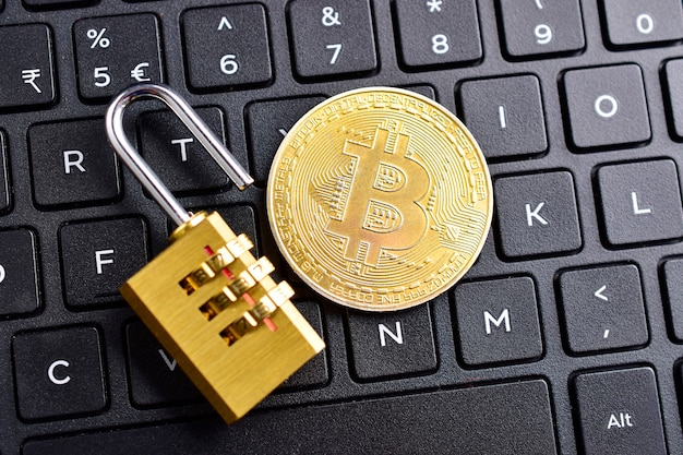 Moeda digital, bitcoin com cadeado no teclado Foto Premium