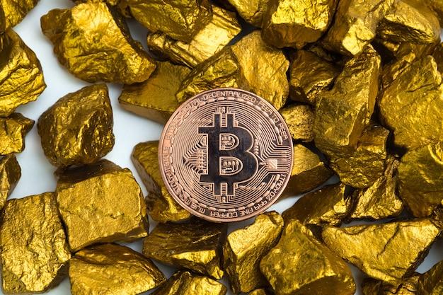 Moeda digital bitcoin e pepita de ouro ou minério de ouro