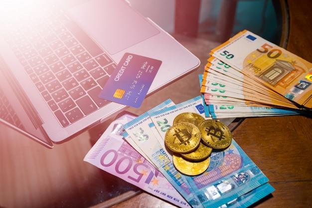 Moeda do euro e dinheiro eletrônico do bitcoin para compras em linha.