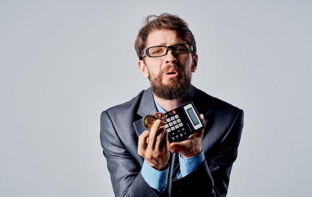 Moeda do terno de negócio do homem da calculadora do bitcoin da criptomoeda. foto de alta qualidade