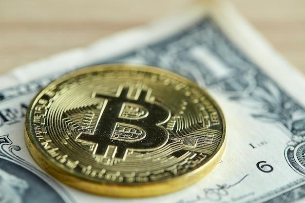 Moeda dourada de bitcoin em fundo de madeira