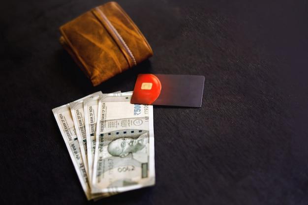 Moeda indiana com bolsa, cartão de débito de crédito,