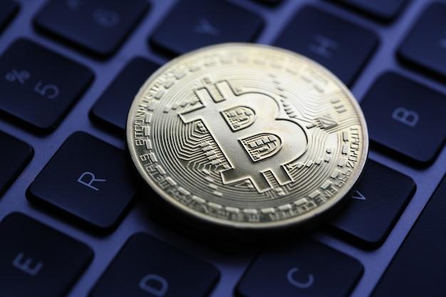 Moeda moeda criptográfica bitcoin encontra-se no teclado