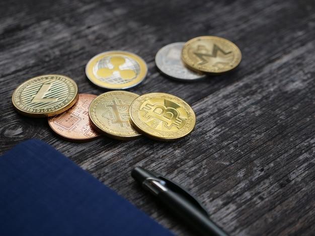 Moeda no fundo de madeira e espaço de cópia, troca de dinheiro cryptocurrency