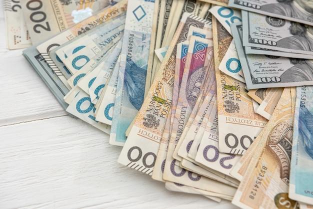 Moedas americanas e polonesas como pano de fundo financeiro e de negócios