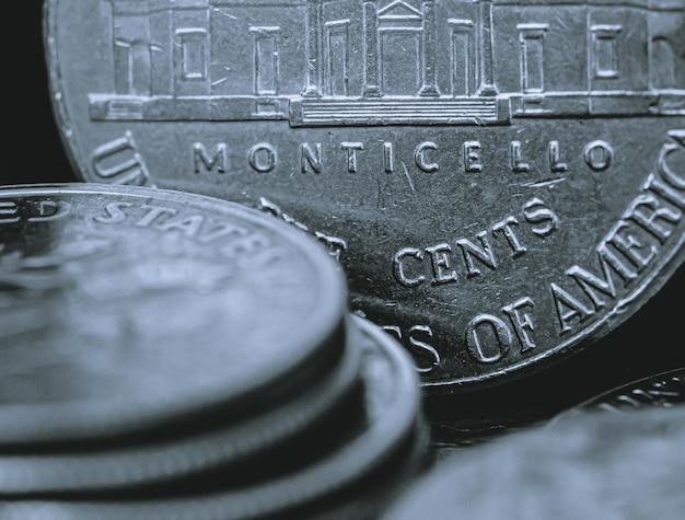 Moedas americanas em macrofotografia para conceitos sobre economia e finanças