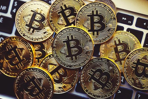 Moedas bitcoin no teclado do laptop.