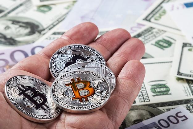 Moedas de bitcoin de criptomoeda por um lado