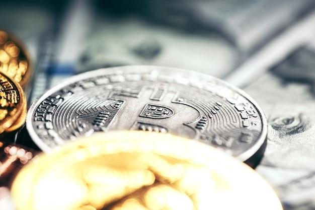 Moedas de bitcoin em dinheiro de papel