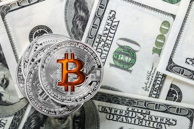 Moedas de bitcoin em fundo de dólares