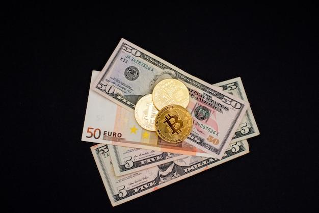 Moedas de bitcoin nas notas de dólar e euro