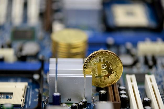 Moedas de criptomoeda dourada na placa de circuito de computador