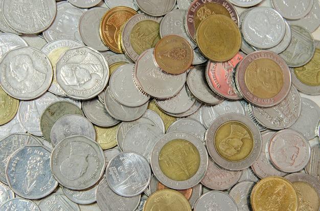 Moedas de dinheiro montam o plano de fundo. dinheiro tailandês