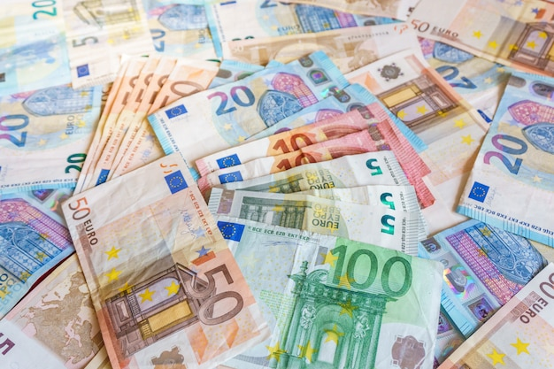 Moedas de euro de dinheiro e notas sobre fundo de madeira marrom, conceito de dinheiro
