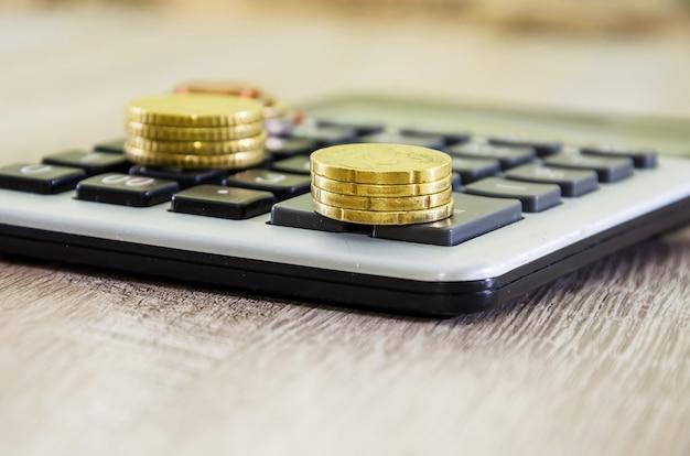 Moedas de euro em uma calculadora close
