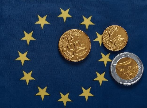 Moedas de euro na bandeira da união do euro