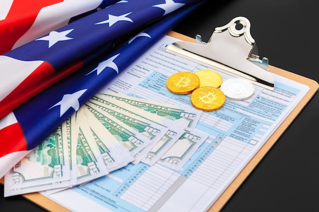 Moedas de ouro bitcoin em dólares americanos close-up. moeda criptográfica eletrônica